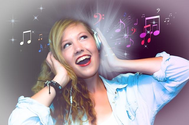 楽しそうに歌う女性